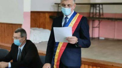 Primar din Iași, filmat gol-pușcă într-un butoi cu murături. Explicația e savuroasă FOTO