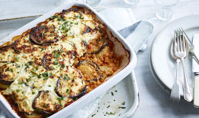 Rețetă pentru o cină sățioasă: Musaca de post cu vinete și cartofi