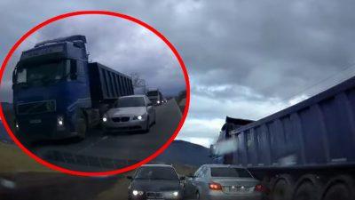 Un șofer de BMW, depășire ilegală pe un drum din România. Imaginile halucinante, aproape de tragedie