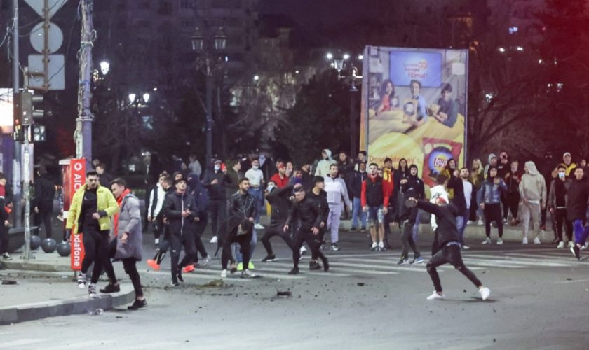 """Opt protestatari care au vandalizat Capitala au fost reținuți. Oamenii au fost săltați de mascați de acasă: """"Pe cine am omorât?"""""""