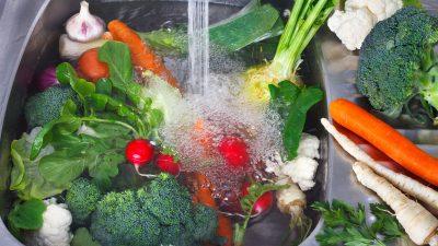 A pus bicarbonat de sodiu pe buretele de vase și apoi a frecat legumele. Ce s-a întâmplat e genial