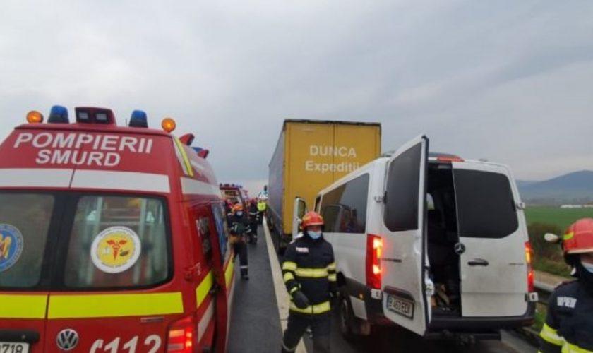 Accident cumplit între un microbuz şi un TIR pe A1. Şapte persoane, transportate la trei spitale din judeţul Hunedoara