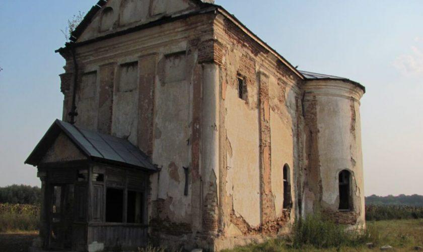 """Biserica blestemată din Bărăgan, aflată în ruină, locul perfect pentru amatorii de fantome: """"Oameni dubioşi vin să practice ritualuri satanice"""""""