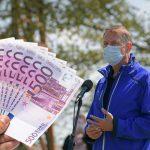 Câți bani a dat Klaus Iohannis pe geaca pe care a purtat-o azi. Mulți trăiesc o lună cu suma asta