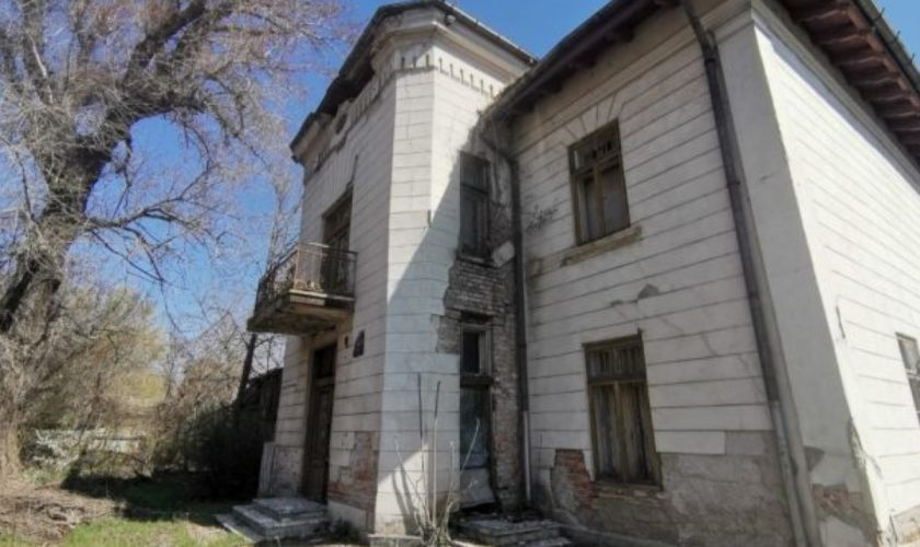 Conacul familiei scriitorului Mihail Sadoveanu, aproape de dispariție. Cum s-a ajuns de la o minunată casă boierească, la o adevărată ruină
