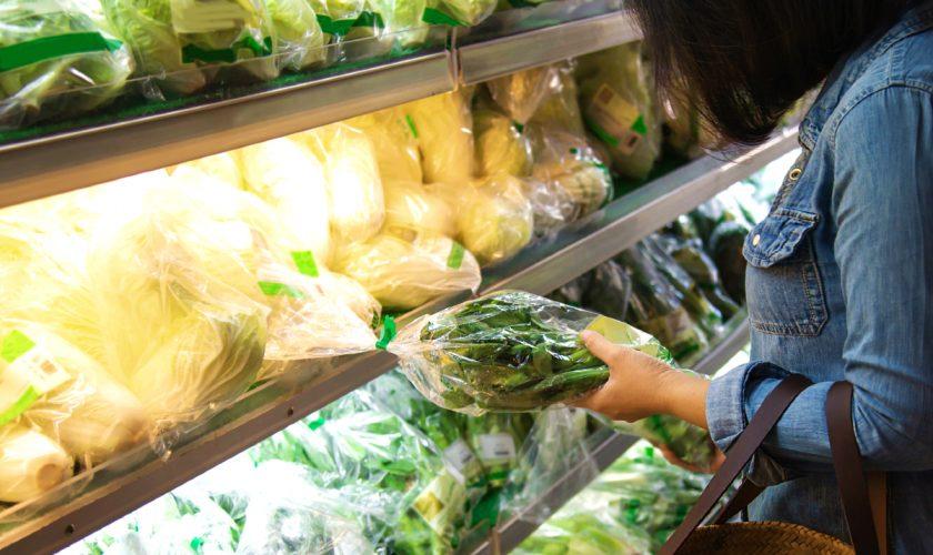 Descoperire șocantă într-o pungă cu salată, în supermarket. Era viu și mișca încet VIDEO