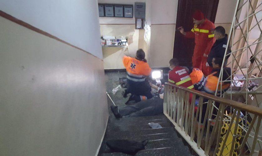 Imagini de groază într-o scară de bloc din Brașov. Bărbat de 46 de ani, găsit mort într-o baltă de sânge. Ce se întâmplase în apartamentul său