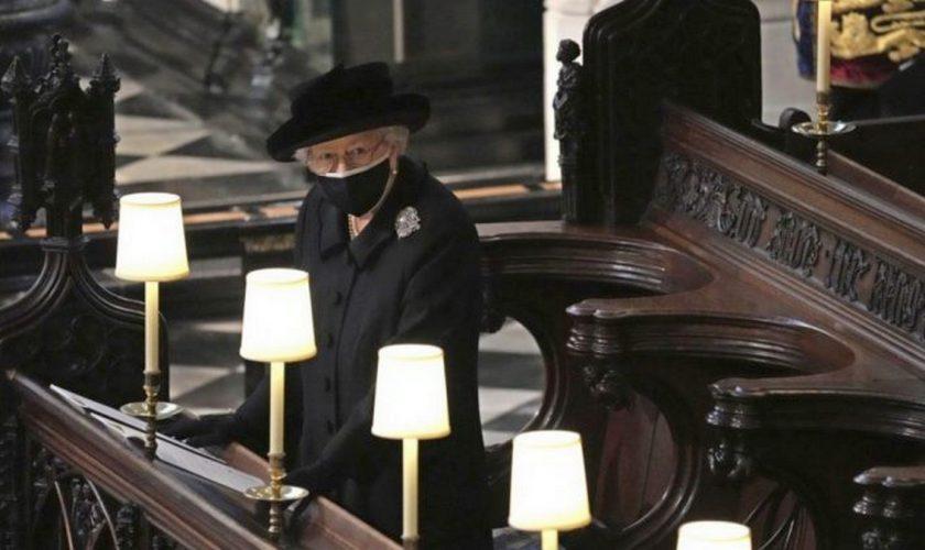 Ce a lăsat Regina Elisabeta pe sicriul Prințului Philip. S-a aflat abia acum gestul ei VIDEO