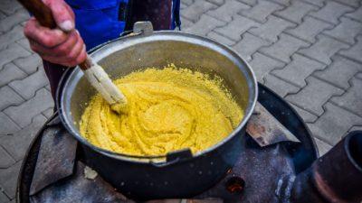 Cum se prepară mămăliga pripită, de fapt. Diferențele față de mămăliga fiartă