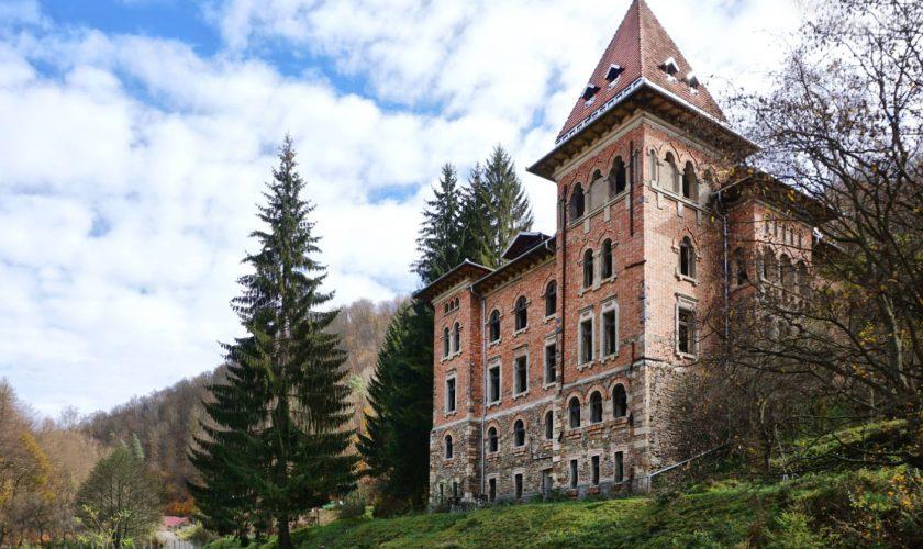 """Castelul de la Zlatna, distrus în timpul filmărilor la """"Noi cei din linia întâi"""" a fost cumpărat de Hilton. Care a fost prețul de achiziție"""