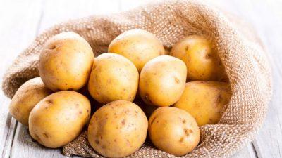 Cum îți dai seama dacă mai sunt buni sau nu cartofii. Ce apare pe coaja legumei și cum arată un cartof stricat la interior