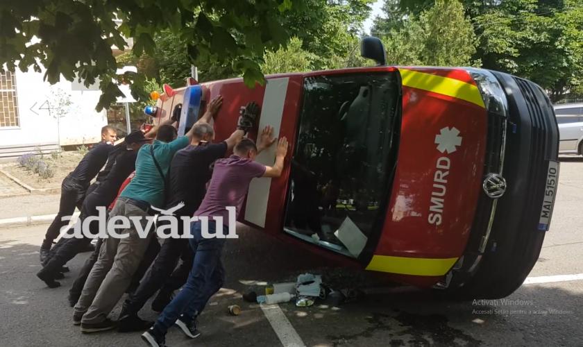 Momente de groază la Buzău, după ce o ambulanță SMURD a fost dată peste cap la ieşirea din curtea ISU