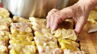 Ingredientul secret pus în sarmale de români. Puțini mai apelează la acest truc exotic