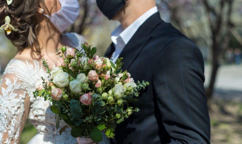 Un bărbat din Iași, amendat de Poliție pentru că s-a căsătorit. Cum a reacționat mireasa când s-a trezit cu oamenii legii la nuntă