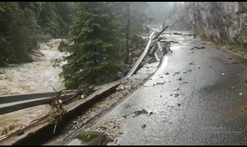 Drum din Bucegi, distrus complet de ape. Imagini dezolante din Valea Ialomiței VIDEO