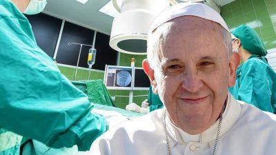 În ce stare se află Papa Francisc după operație. Cât mai stă internat în spital