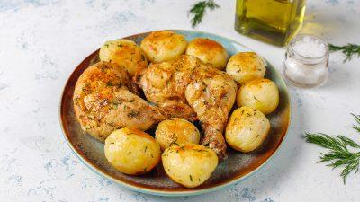 """Secretul pulpelor la cuptor cu cartofi dulci. Ingredientele """"magice"""" care îi dau o savoare specială"""