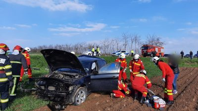 Accident mortal în această dimineață. Mașină cu trei tineri, intrată în copac la Călinești. Pompierii au intervenit de urgență