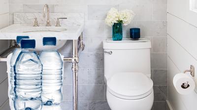 A pus sticle cu apă în bazinul WC-ului de acasă. Ce truc genial și extrem de util a descoperit un român