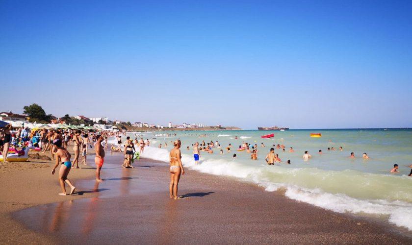 Imagini dezolante din Costinești. Ce se întâmplă pe plajă, în fiecare noapte, după ce turiștii pleacă la cazare