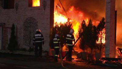 Scene incredibile în Târgu Jiu, după ce pompierii au rămas fără apă la incendiul care a distrus un restaurant