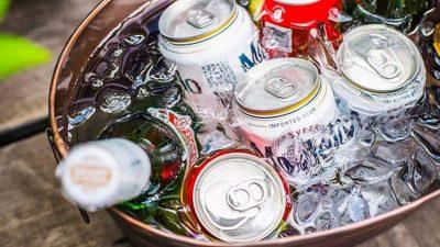 Trucul genial să răcești un suc sau o bere în doar trei minute. Nu ai nevoie de frigider