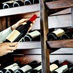 Cum păstrezi vinul bun după ce ai deschis sticla, de fapt. Trucurile geniale pentru toți băutorii pasionați