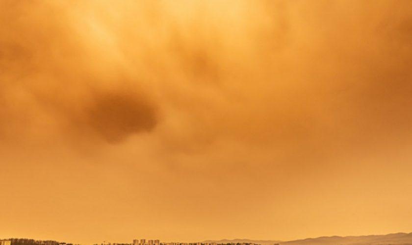 Norul portocaliu care a apărut în Ploiești. Nimeni nu a putut să-și dea seama de unde vine mirosul de sulf