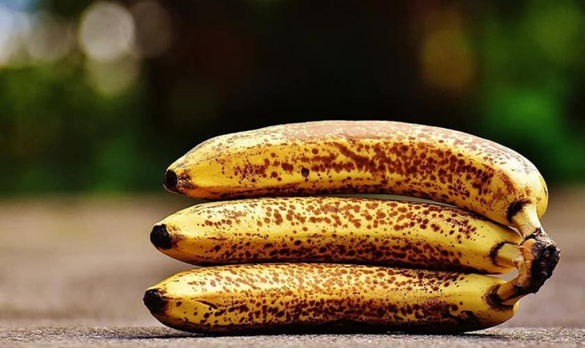 Secretul bananelor cu coajă neagră. Ce poți face cu ele ca să nu le arunci la gunoi