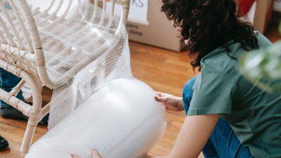 Trucurile geniale care îți curăță scaunele din plastic. Acum e super simplu să le faci ca noi