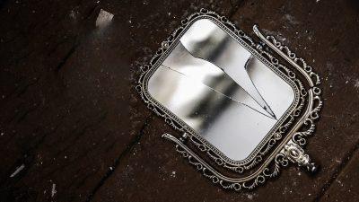 Ce trebuie să faci dacă spargi o oglindă. Metoda care te scapă de 7 ani de ghinion
