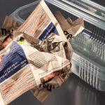 A pus mai multe ziare mototolite în caserolele de plastic și le-a lăsat câteva ore. Nu i-a venit să creadă ce s-a întâmplat după