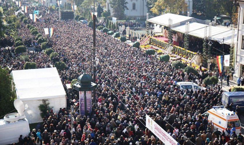 Credincioșii, în număr mare la pelerinajul desfășurat la Mitropolia Moldovei. Azi se oficiază Sfânta Liturghie de sărbătoarea Cuvioasei Parascheva