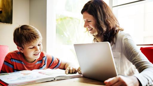 Cum obțin părinții ajutor de la stat dacă orele se fac online. Care sunt condițiile