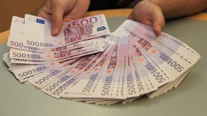 Țara în care sunt 500.000 de români șochează Europa: A început să arunce cu banii