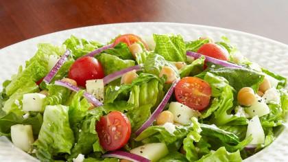 Pericolul imens din salată! Ce greșeală facem toți când o preparăm