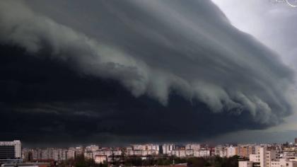 Natura ne arată cât de mici suntem. România, îngenuncheată după o oră de vreme rea. FOTO