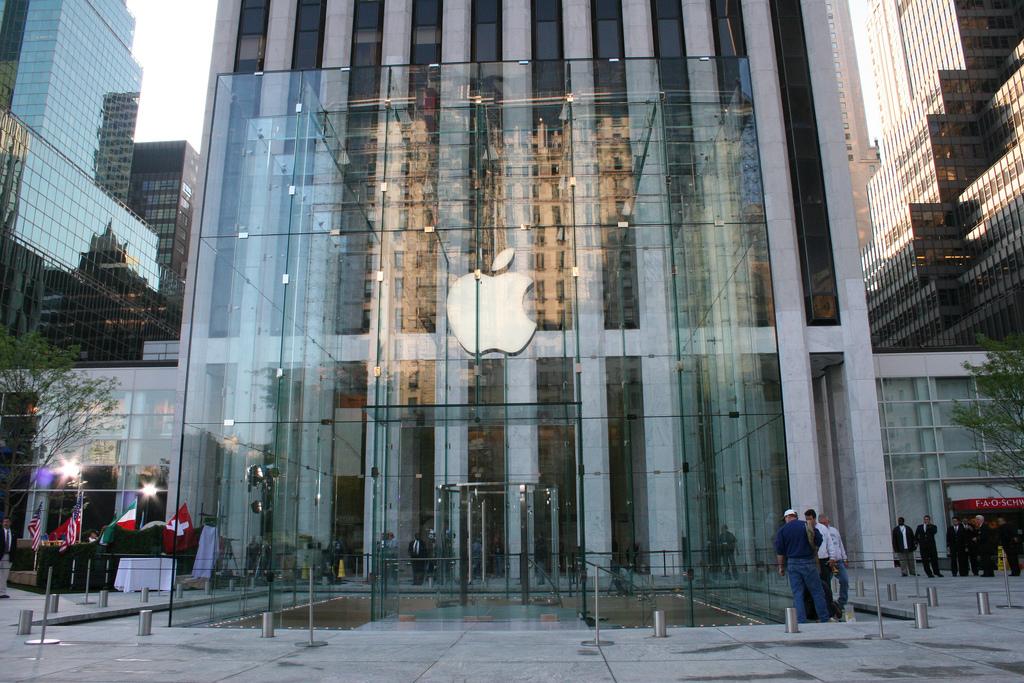 O clienta de 83 de ani da Apple in judecata
