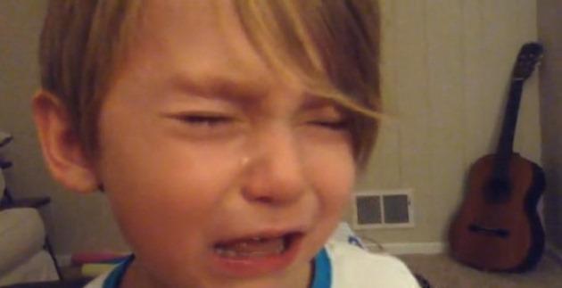 iOS 7 boy crying schimbari tristete