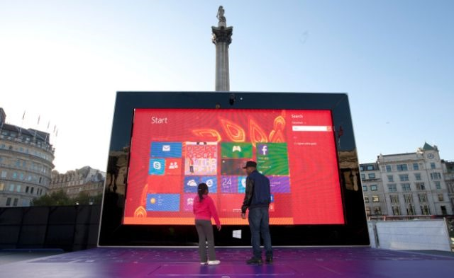 Marketing creativ cu un Surface 2 gigant, in mijlocul Londrei [VIDEO]
