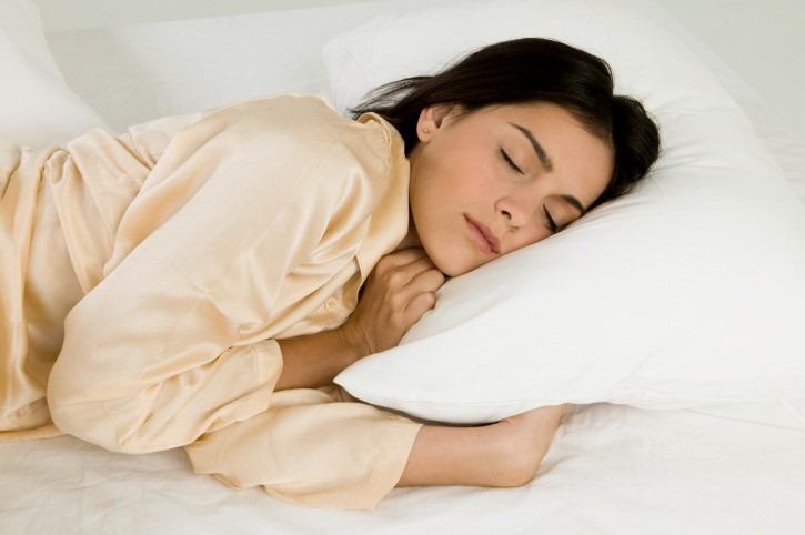 Studiu: SMS-urile inainte de culcare sunt daunatoare