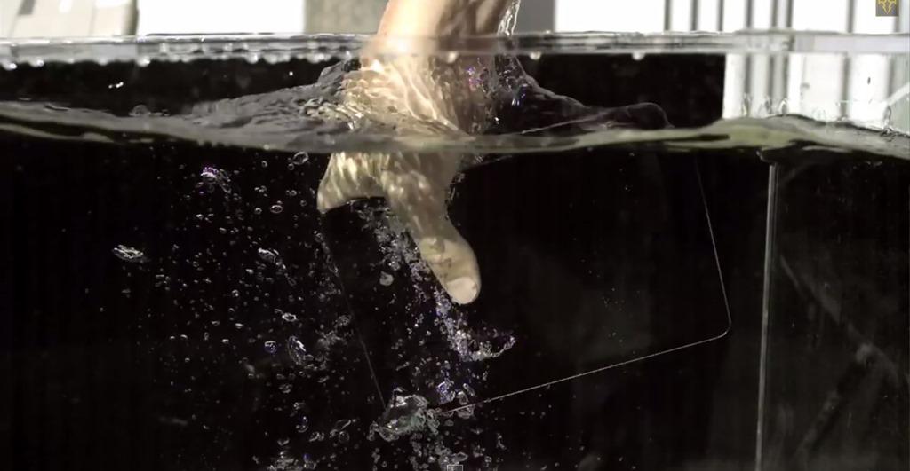 Cum rezistă un iPad mini cu Retina Display la apă, trânte şi gloanţe? [VIDEO]
