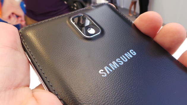 Samsung se laudă că Galaxy Note 4 nu se îndoaie [VIDEO]
