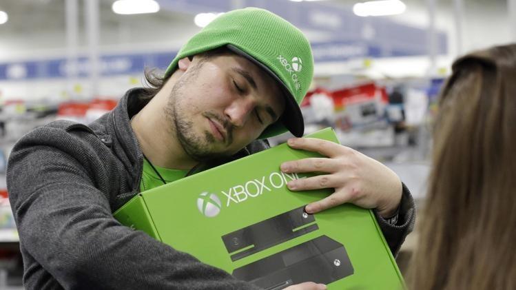 Microsoft ieftineşte Xbox One, dar scoate Kinect-ul din pachet