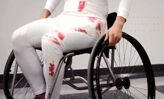 Pantalonii care se învinețesc, o nouă inventie pentru cei cu dizabilități