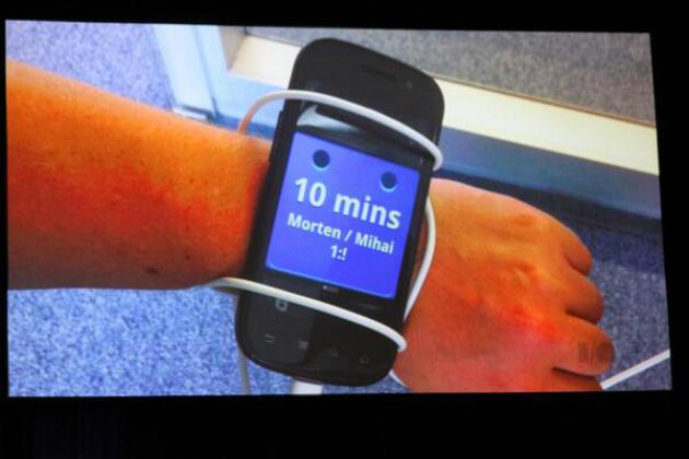 Prototipul pentru Android Wear a fost un Nexus S. Și da, Google l-a pus la încheietura cuiva