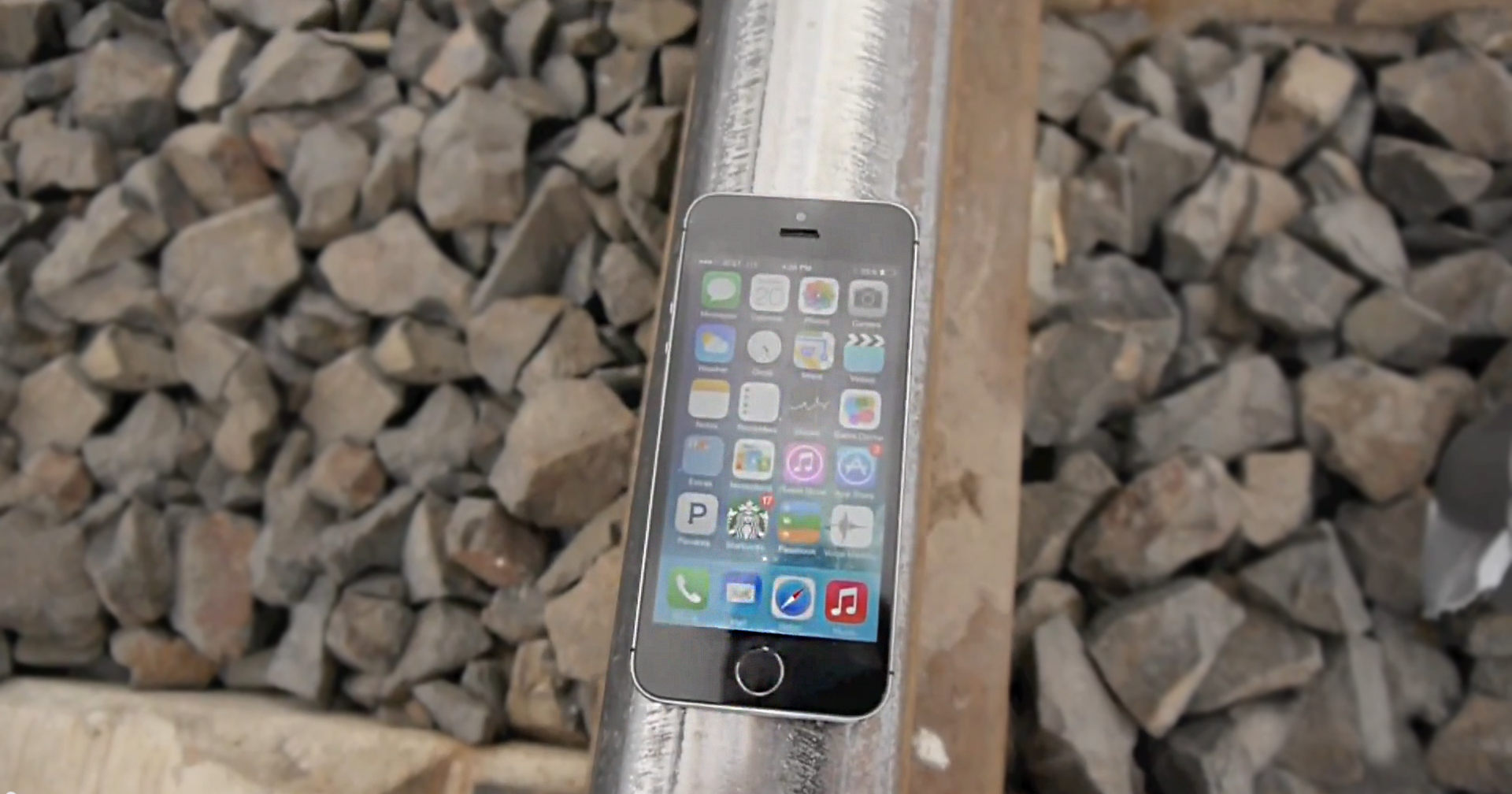 iPhone 5s versus tren: un test inutil, dar care merită văzut [VIDEO]