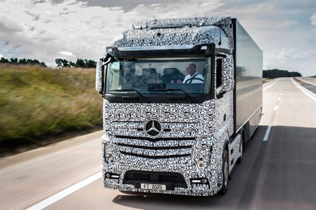Google are mașini autonome, Mercedes are ceva mai mare: primul camion semi-autonom [VIDEO]