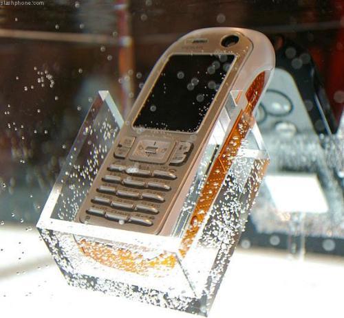 O istorie a telefoanelor rezistente la apă – șapte dispozitive impermeabile [VIDEO]