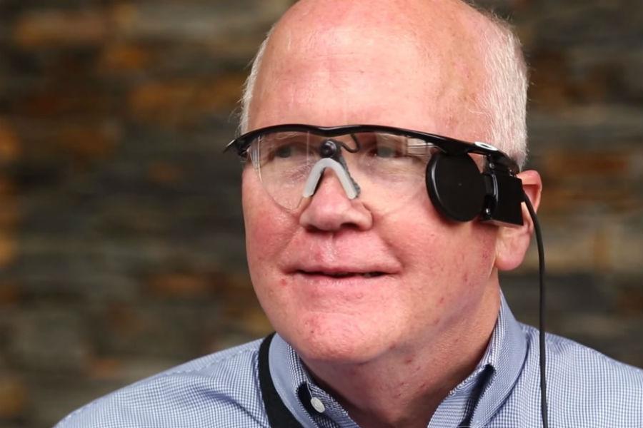 Ochiul bionic îi redă vederea unui bărbat care n-a mai văzut de trei decenii [VIDEO]